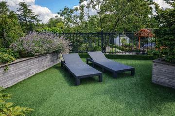 Pose de pelouse synthétique sur une terrasse