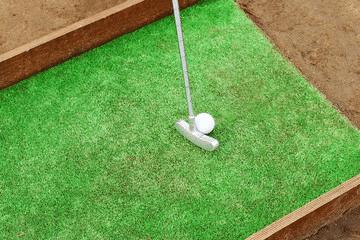 Aire de jeux : mini golf réalisé avec du gazon synthétique