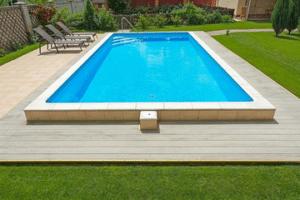 rouleaux de moquette de faux gazon autour d'une piscine