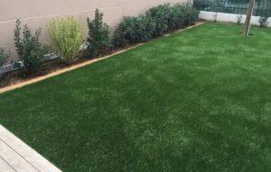 création d'un jardin en pelouse synthétique