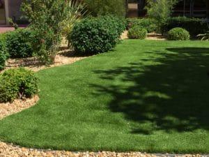 faux gazon dans jardin et espace vert